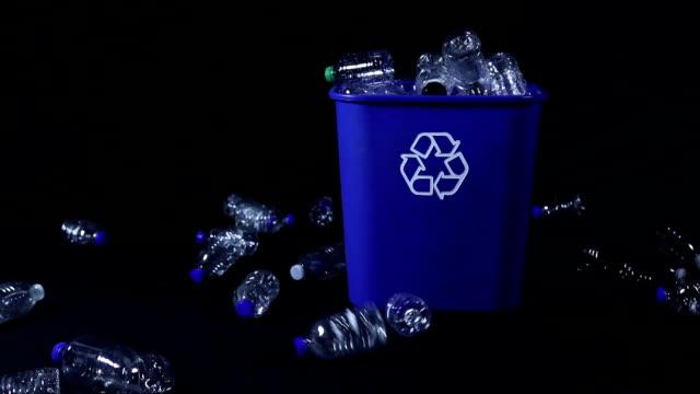 vídeos de stock, filmes e b-roll de garrafas de plástico sendo atiradas na reciclagem bin - contéiner de plástico