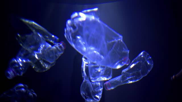 水に浮かぶペットボトル - 潰された点の映像素材/bロール