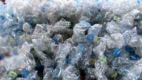 stockvideo's en b-roll-footage met plastic flessen - recycling