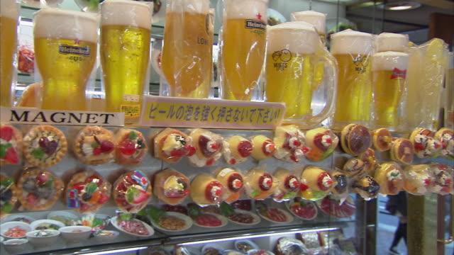 cu pan plastic food store, tokyo, japan - japan stock-videos und b-roll-filmmaterial