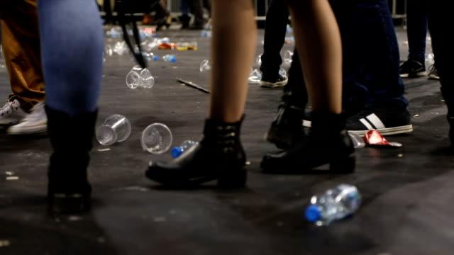 plast glas på golvet efter konserten - engångsmugg bildbanksvideor och videomaterial från bakom kulisserna