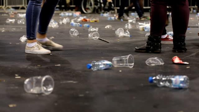 plast glas på golvet efter konserten - slit och släng bildbanksvideor och videomaterial från bakom kulisserna
