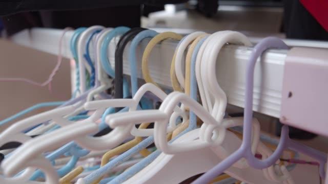 vídeos de stock e filmes b-roll de a plastic hangers - closet