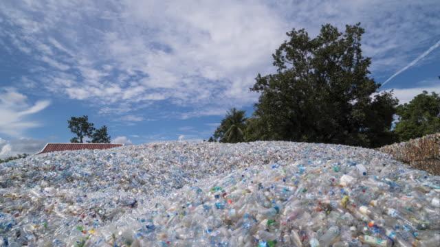 vídeos de stock, filmes e b-roll de colina de plástico para reciclagem - garrafa
