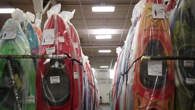 plastic kayaks are shown in storage at the jackson kayak, inc. factory in sparta, tennessee, us, on wednesday, oct 2017, photographer: luke sharrett... - eingewickelt stock-videos und b-roll-filmmaterial