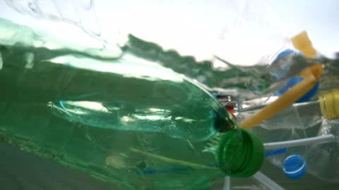 vídeos y material grabado en eventos de stock de contaminación plástica en el mar - contaminación de aguas