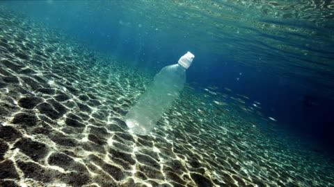 vídeos y material grabado en eventos de stock de contaminación plástico en mar - botella