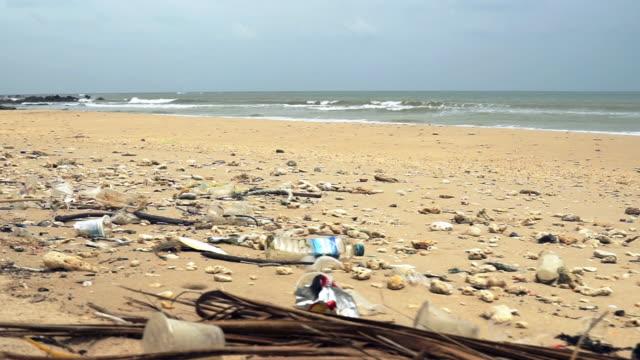 ビーチに沿って散らばったプラスチック汚染 - 使い捨て製品点の映像素材/bロール