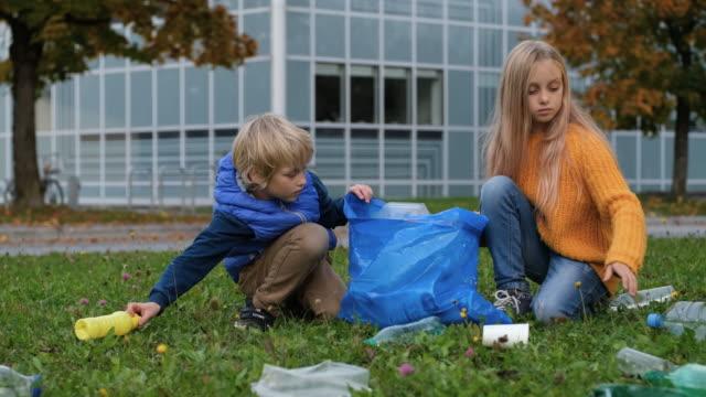 vídeos de stock e filmes b-roll de plastic pollution - reciclagem