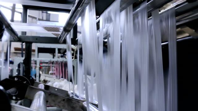vídeos de stock e filmes b-roll de produção de plástico - changing form
