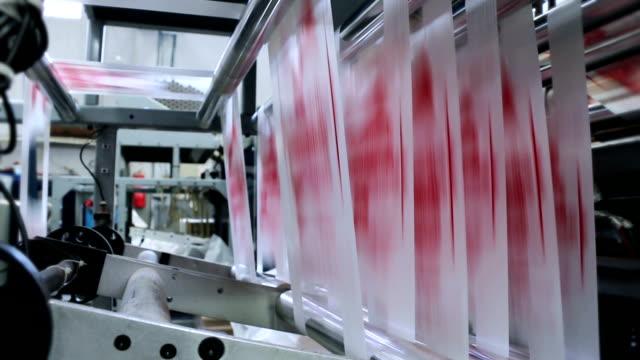 vídeos de stock e filmes b-roll de produção de plástico - mudar de forma
