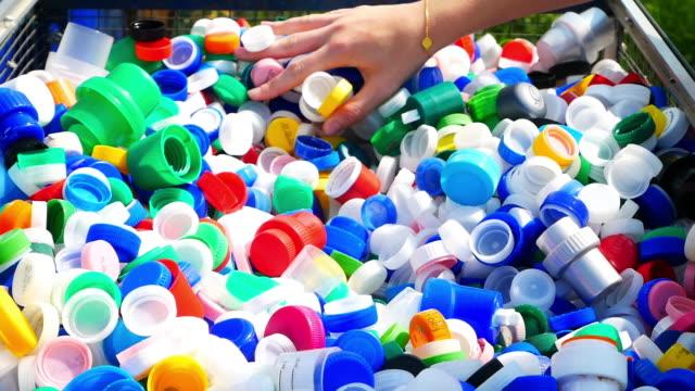 vidéos et rushes de recyclage du plastique - représentation féminine