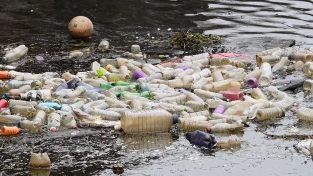 vidéos et rushes de plastic single-use bottles seen floating on water in cardiff bay in cardiff, wales, uk. a million plastic bottles are bought around the world every... - flotter sur l'eau