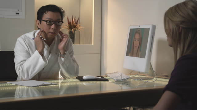 vídeos de stock, filmes e b-roll de ms, plastic surgeon talking to female patient in office, sydney, australia - cirurgia plástica