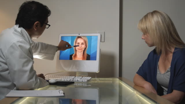 vídeos de stock e filmes b-roll de ms, plastic surgeon talking to female patient in office, sydney, australia - tratamento a laser