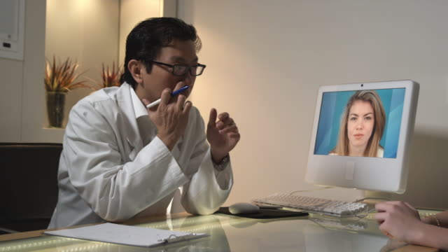 vídeos de stock e filmes b-roll de ms, pan, plastic surgeon talking to female patient in office, sydney, australia - tratamento a laser