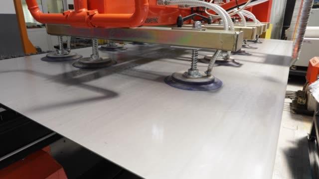 工場で持ち上げる板真空 - 密閉点の映像素材/bロール