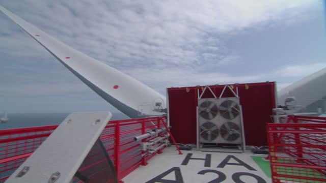 vidéos et rushes de platform at top of offshore wind turbine and cus of propellors - montage séquentiel