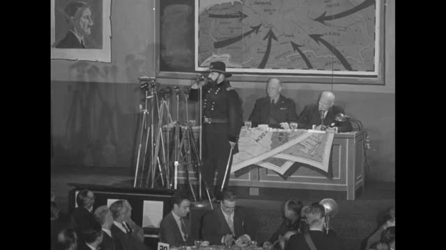 vídeos y material grabado en eventos de stock de ws platform stage in the ballroom of the waldorf astoria hotel with gen dwight eisenhower and other men seated at table at rear during eisenhower's... - ulysses s grant