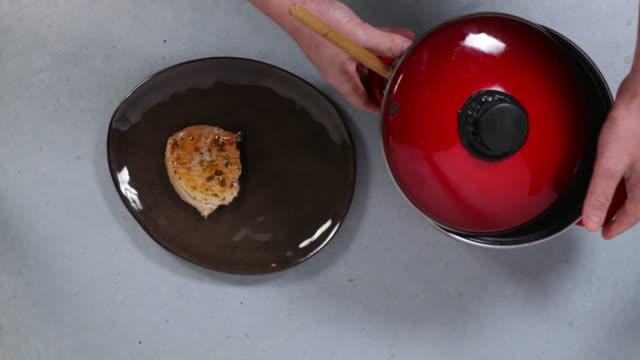 vidéos et rushes de plating pork and potato puree. - belgique