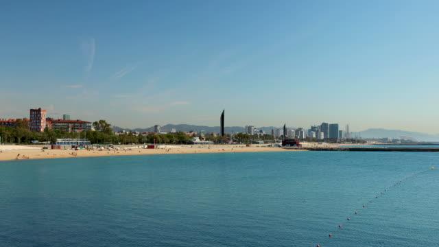 vídeos de stock e filmes b-roll de platja de nova icaria beach, barcelona, spain - cityscape