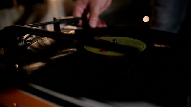 play music on the turntable