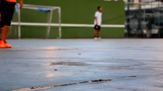 サッカー選手での夜 - 宅地点の映像素材/bロール