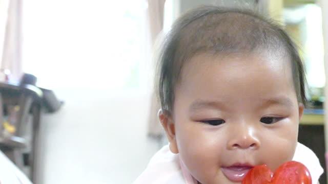 spela leksak och leende baby - endast en flickbaby bildbanksvideor och videomaterial från bakom kulisserna