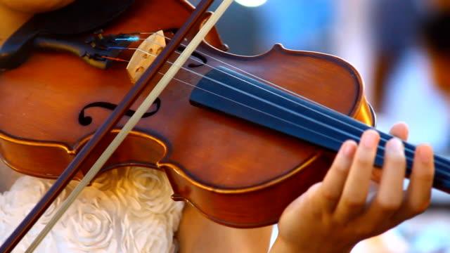 vídeos de stock, filmes e b-roll de jogue violino - arte, cultura e espetáculo
