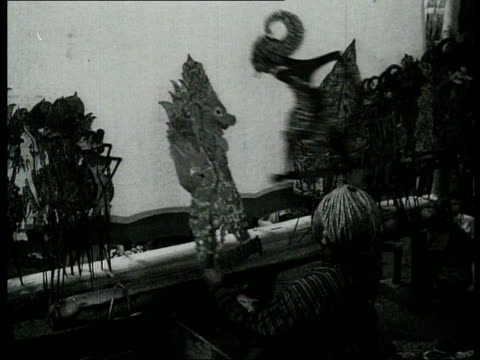 vídeos de stock e filmes b-roll de 1940 b/w a play with dolls and shadow puppets, accompanied by the gamelan / indonesia - gamelão