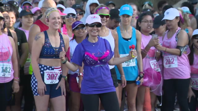 vidéos et rushes de ktla playa del rey ca us 7th annual bra run at dockweiler beach the fundraiser is hosted by cancer survivor evelyn calip on her cancerversary to... - soutien gorge