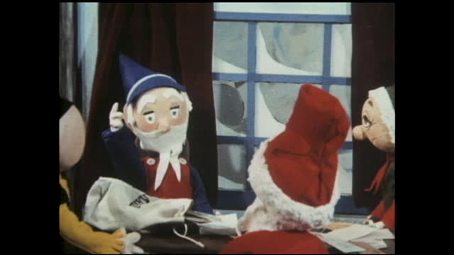 """sign """"north pole post office"""" covered in snow; little elf bringing bags of letters into the igloo, where santa and two other old men are waiting;... - エルフ点の映像素材/bロール"""