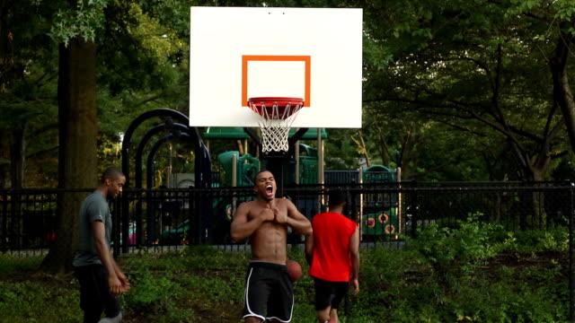 vídeos y material grabado en eventos de stock de mate de baloncesto jugador celebra un - encestar