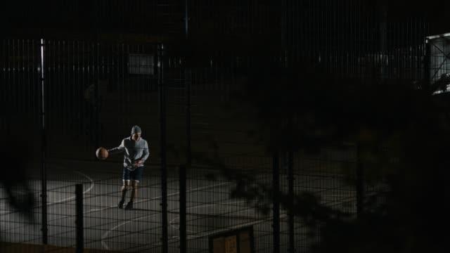 バスケット ボールをプレイしながら得点に失敗したプレイヤー - 狙う点の映像素材/bロール