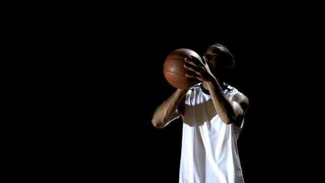 選手は、練習無料の毛布(スーパースローモーション) - バスケットボールのボール点の映像素材/bロール