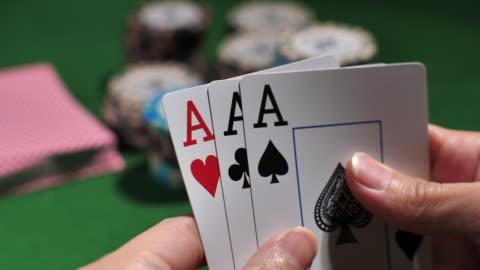 spieler, die lochkarten überprüfen - poker stock-videos und b-roll-filmmaterial
