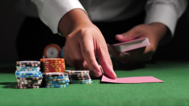 vídeos de stock, filmes e b-roll de jogadores que verific cartões do furo - blackjack