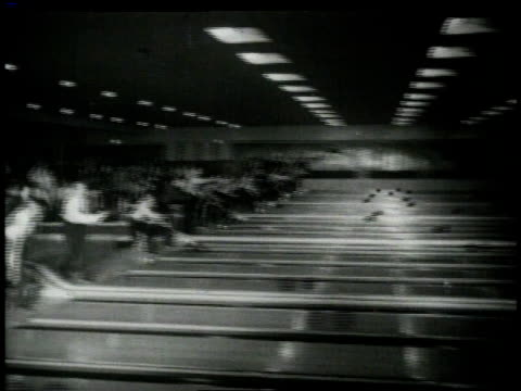 vídeos de stock, filmes e b-roll de 1949 b/w players in all lanes bowling at the same time at bowling competition / united states - cancha de jogo de boliche