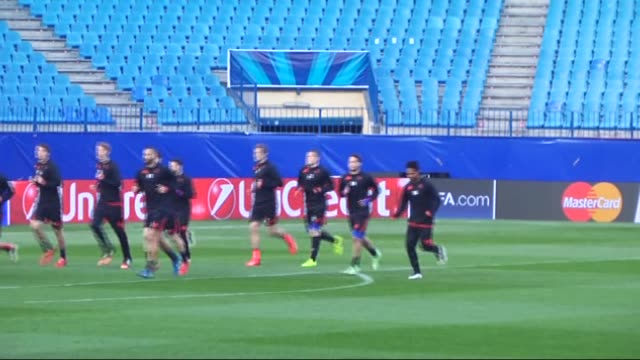 vídeos y material grabado en eventos de stock de players of bayer leverkusen train ahead of the uefa champions league soccer match between atletico madrid and bayer leverkusen at vicente calderon... - unión europea de las asociaciones nacionales