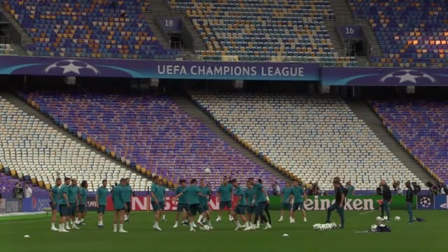 vídeos y material grabado en eventos de stock de players of real madrid in action during a practice session ahead of the uefa champions league final between real madrid and liverpool at at nsc... - liga de campeones