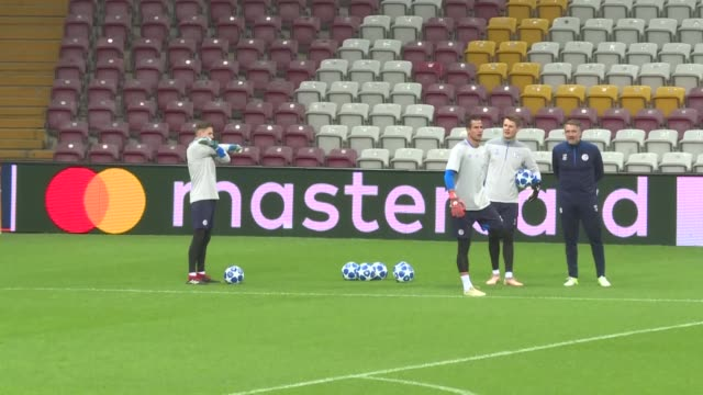vidéos et rushes de players of schalke 04 attend training session ahead of uefa champions league group d soccer match against galatasaray at turk telekom stadium in... - s'entraîner