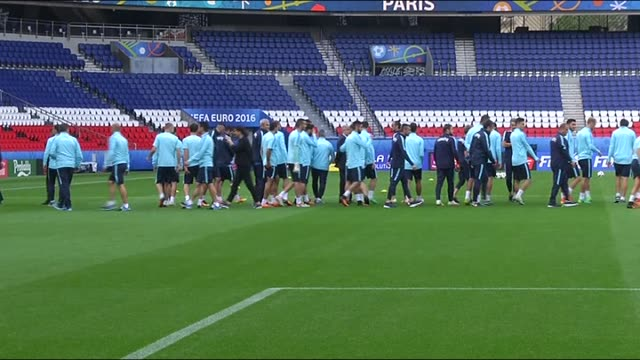 vidéos et rushes de players of turkey attend a training session ahead of their first match against croatia during euro 2016 in paris, france on june 11, 2016. - croatie