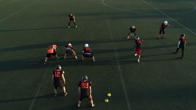vídeos de stock e filmes b-roll de players on football practice outdoors - etapa desportiva