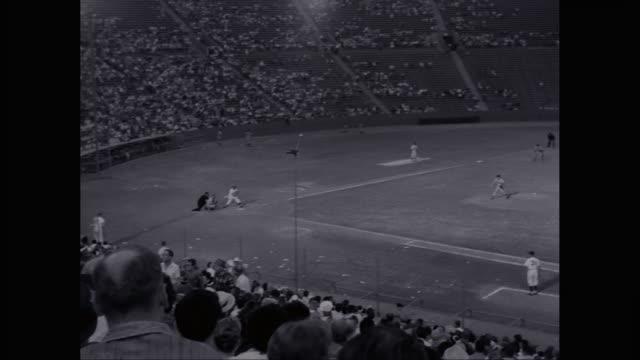 vídeos y material grabado en eventos de stock de ws td players playing baseball in baseball diamond / united states - bate de béisbol