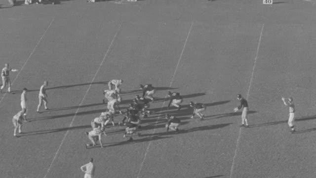 vídeos de stock e filmes b-roll de ms pan players playing football game  - rasto de movimento