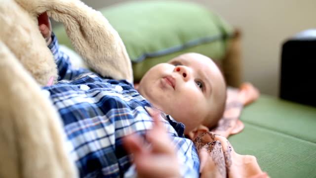 遊び心の男の赤ちゃん - ぬいぐるみ点の映像素材/bロール