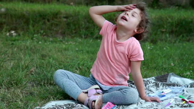 vidéos et rushes de visage strocking ludique de l'enfant avec les mains - se mordre les lèvres