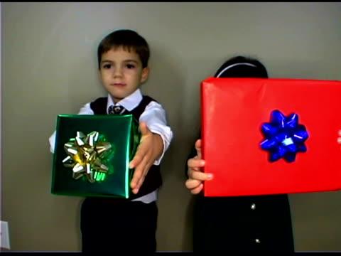playful children with christmas gifts - tre fjärdedels längd bildbanksvideor och videomaterial från bakom kulisserna