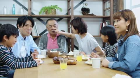 vídeos y material grabado en eventos de stock de familia divertido disfrutando de una cena - mesa de comedor