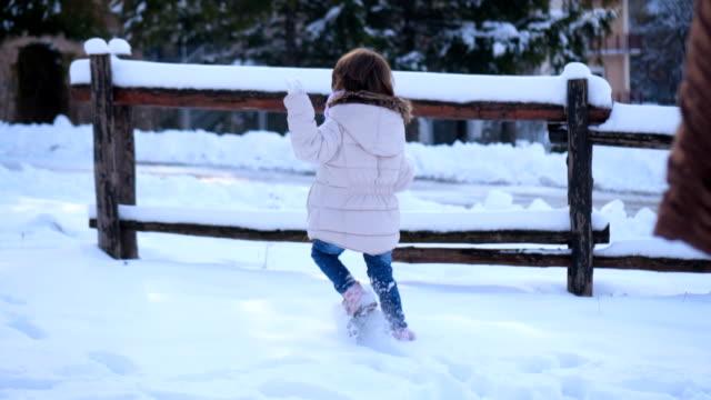 Verspielte Mädchen im Schnee